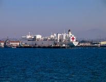 Misericordia naval del buque hospital en la bahía de San Diego foto de archivo libre de regalías