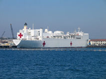 Misericordia naval del buque hospital en la bahía de San Diego Imagen de archivo libre de regalías