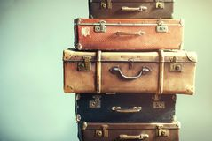 Misero antico delle valigie antiche d'annata dei bagagli fotografia stock libera da diritti