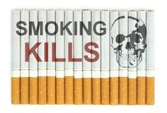 Mises à mort de tabagisme Image conceptuelle avec le crâne sur des cigarettes Photographie stock libre de droits