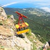 MISHOR, CRIMÉE, UKRAINE - 12 MAI : Les gens voyagent en cabine de manière de corde sur la montagne d'AI-Pétri le 12 mai 2013 dans Images libres de droits