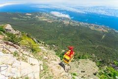 MISHOR, DE KRIM, DE OEKRAÏNE - MEI 12: De mensen reizen door de cabine van de kabelmanier bovenop Berg ai-Petri op 12 Mei, 2013 i Royalty-vrije Stock Foto's
