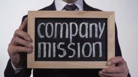 Misión de compañía escrita en la pizarra en manos del hombre de negocios, propósito de la organización metrajes