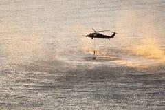 Misión de entrenamiento del helicóptero sobre el río Columbia fotografía de archivo libre de regalías