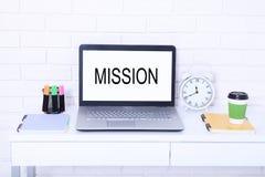 Misión de la palabra Texto en monitor Lugar de trabajo con el ordenador, la taza de café y el reloj Mofa ascendente y espacio de  Fotografía de archivo libre de regalías