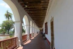 Misión en Santa Barbara, California en un día soleado Imagen de archivo libre de regalías