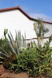 Misión española con el cactus Imágenes de archivo libres de regalías