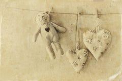 Misia i tkaniny serca wiesza na arkanie retro filtrujący wizerunek spadek stary fotografii stylu miasteczko Obraz Stock