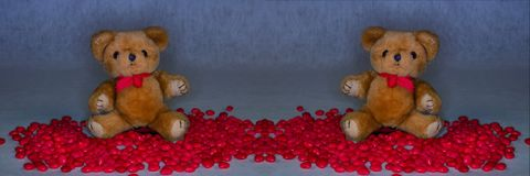 Misie otaczali czerwonych cukierków serca dla walentynki ` s dnia Obraz Royalty Free