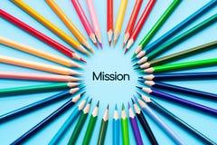 Misji pojęcie, grupa kolorów ołówki dzieli pomysł uzupełniać misję fotografia stock