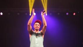 Misk, Λευκορωσία - 15 Μαΐου 2017: Κλείστε επάνω τον ελκυστικό καυκάσιο αρσενικό τραγουδιστή στα περιστασιακά ενδύματα με μια ΚΑΠ  απόθεμα βίντεο