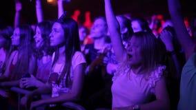 Misk, Λευκορωσία - 15 Μαΐου 2017: Το όμορφο νέο κορίτσι σε μια άσπρη μπλούζα χορεύει σε μια συναυλία Νυχτερινή ζωή και disco φιλμ μικρού μήκους