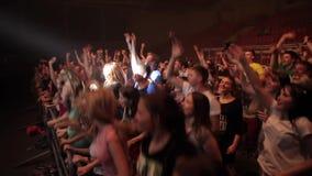 Misk, Λευκορωσία - 15 Μαΐου 2017: Χορεύοντας και πηδώντας πλήθος Οι ευτυχείς νέοι χορεύουν σε μια συναυλία Νυχτερινή ζωή και απόθεμα βίντεο