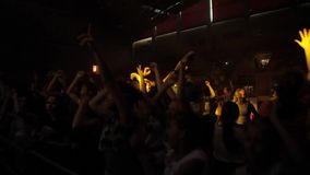 Misk, Λευκορωσία - 15 Μαΐου 2017: Πλήθος χορού Οι ευτυχείς νέοι χορεύουν σε μια συναυλία Νυχτερινή ζωή και έννοια disco φιλμ μικρού μήκους