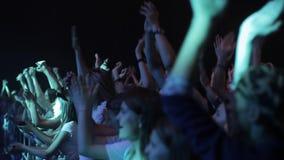 Misk, Беларусь - 15-ое мая 2017: Толпа концерта перед яркими светами этапа Темная предпосылка, дым, фары концерта акции видеоматериалы
