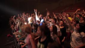 Misk, Bielorrússia - 15 de maio de 2017: Multidão da dança e do salto Os povos felizes novos estão dançando em um concerto Vida n vídeos de arquivo