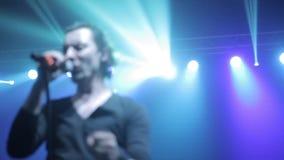Misk, Bielorrusia - 15 de mayo de 2017: Cierre encima del vocalista caucásico atractivo de la ventaja masculina en el canto negro almacen de metraje de vídeo
