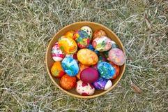 miska głębokości Wielkanoc jajka jaj pola frontu ogniska kolorowa płytki Fotografia Royalty Free