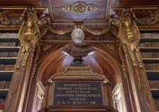 Mislukking en gedeeltelijke mening van boekenrekken in de Filosofische Zaal, Strahov-Kloosterbibliotheek, Praque stock foto's