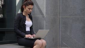 Mislukking, Vrouw door Resultaten wordt gefrustreerd, die buiten Bureau zitten dat stock footage