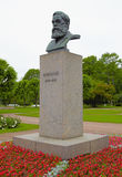 Mislukkingsbeeldhouwwerk van Friedrich Engels op een voetstuk in Heilige Peters Royalty-vrije Stock Foto's