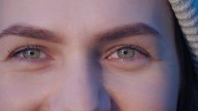 Mismo retrato del primer de los ojos verdes de la muchacha atractiva joven que se abre lentamente los ojos, miradas de una mujer  almacen de video