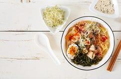 Miso de Aziatische noedels van Ramen met koolkimchi, zeewier, ei, paddestoelen stock foto's