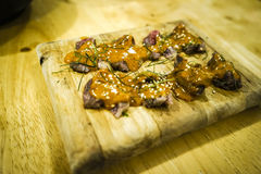 Miso de la carne de vaca en la placa de madera Imagenes de archivo