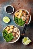 Miso i soba klusek polewka z kale, shiitake pieczarki, piec tofu Zdjęcie Stock