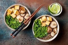 Miso i soba klusek polewka z kale, shiitake pieczarki, piec tofu Obrazy Stock