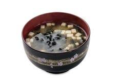 Miso Siru - Suppe mit Tofu, wakame Meerespflanzenschüssel lokalisiert auf Whit Stockfoto