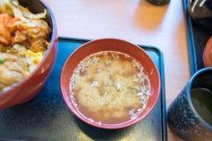 Miso soep bij een Japans restaurant stock afbeeldingen
