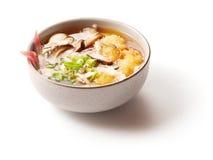 Miso soep met paddestoelen in kleine schotel Stock Afbeeldingen