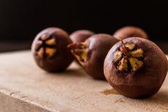 Mispel-Früchte auf einer Holzoberfläche Lizenzfreie Stockfotos