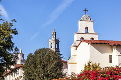 Missão branca Santa Barbara Cross Bell California de Adobe das torres Fotografia de Stock
