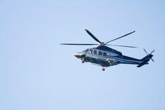 Missão do voo do helicóptero do salvamento na emergência Imagens de Stock Royalty Free