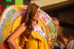 Miss Colombia som slitage den nationella dräkten Arkivfoto