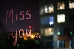 Miss dig, inskrifttext vid läppstift på fönsterexponeringsglaset i natten man för begreppskyssförälskelse till kvinnan fotografering för bildbyråer