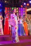 Miss indonesia som slitage den nationella dräkten Royaltyfri Fotografi