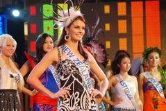 Miss New Zealand som slitage den nationella dräkten Fotografering för Bildbyråer