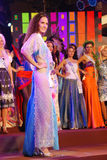 Miss russia som slitage den nationella dräkten Arkivbild