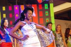 Miss South Africa som slitage den nationella dräkten Fotografering för Bildbyråer