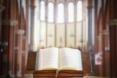 Missalet öppnade och visade i en kyrka, Italien royaltyfria foton