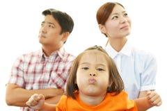 Missbelåten asiatisk familj arkivbilder