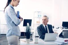 Missbelåten ask som ger ung kvinnlig anställdföreläsning Arkivfoton