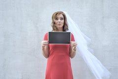 Missbelåten kvinna som rymmer en platta royaltyfri foto