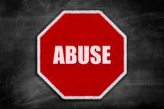 Missbrauch geschrieben auf ein Stoppschild Lizenzfreie Stockfotos
