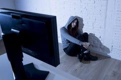 Missbrauchtes leidendes Internet des Jugendlichen Frau, das erschrockenes trauriges deprimiertes im Furchtgesichtsausdruck cyberb Stockfoto