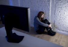 Missbrauchtes leidendes Internet des Jugendlichen Frau, das erschrockenes trauriges deprimiertes im Furchtgesichtsausdruck cyberb Stockfotos