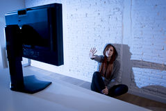 Missbrauchtes leidendes Internet des Jugendlichen Frau, das erschrockenes trauriges deprimiertes im Furchtgesichtsausdruck cyberb Stockbilder